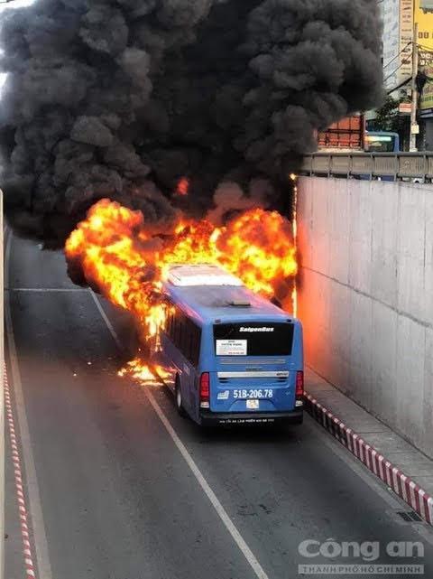 Ngọn lửa bao trùm chiếc xe.