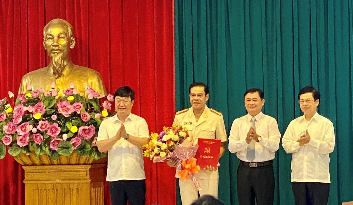 Các đồng chí Thường trực Tỉnh uỷ Nghệ An chúc mừng đồng chí Đại tá Võ Trọng Hải