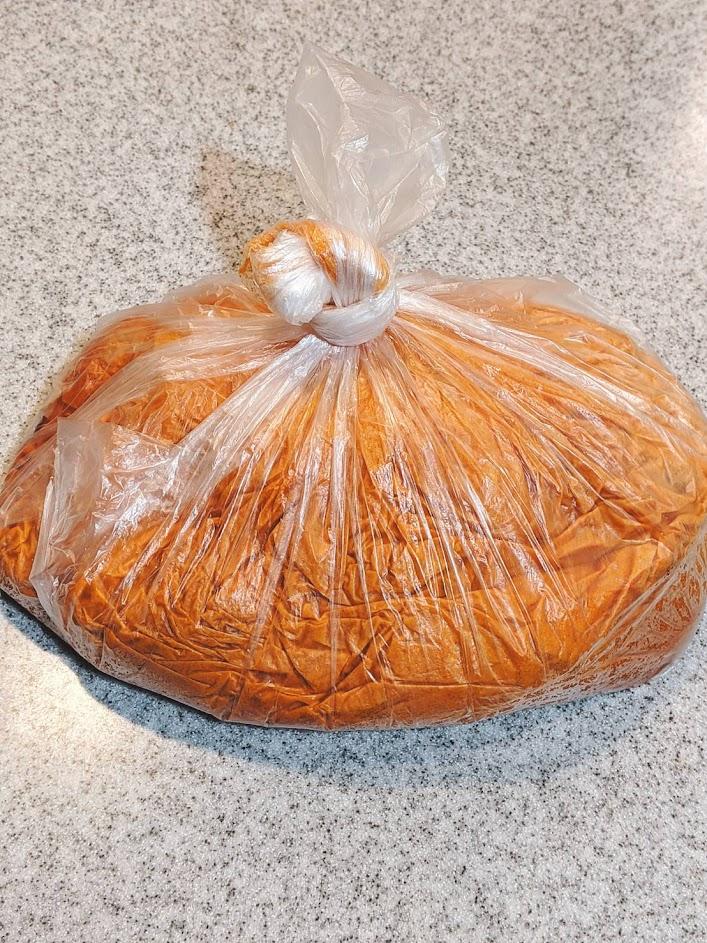 ビニール袋で鶏肉にタンドリーチキンの素を入れて袋の口を結んでいる画像