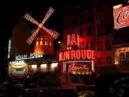 エミリー、パリへ行く A last instagram live? Moulin Rouge
