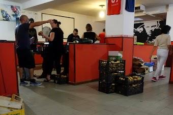 Menschen im Lebensmittelladen, Körbe mit Brötchen.