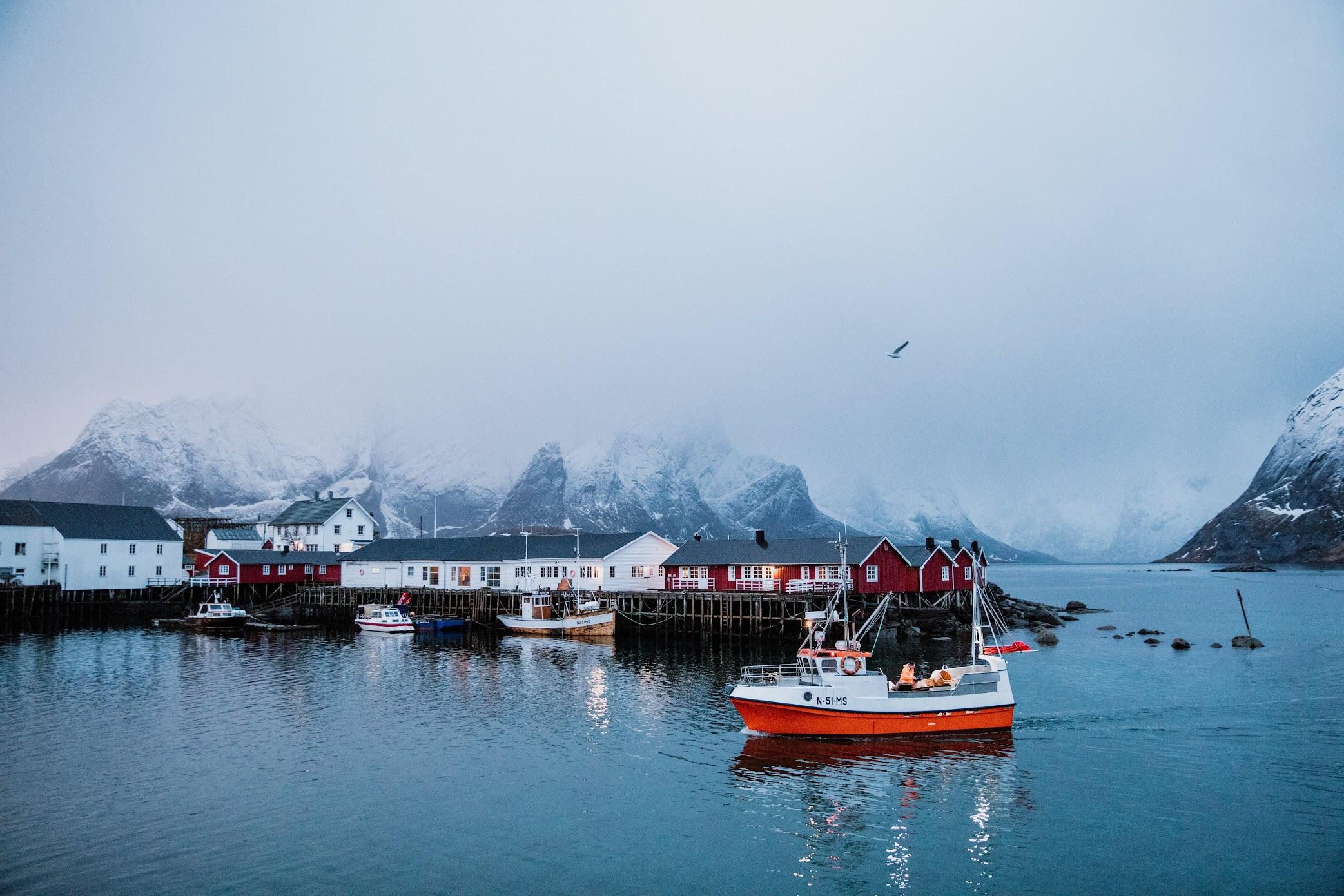 挪威旅拍婚紗 / 挪威 便服 婚紗 / 美式婚紗婚禮 / 海外旅拍婚紗, 去年冬季,我們前往 挪威 ,替Jin & Christine 拍攝了這組 挪威旅拍 婚紗,極度寒冷的低溫下 , 兩人穿著 便服 , 搭配獨有 挪威 雪山美景,令人驚嘆。這是一次非常深刻的 海外旅拍婚紗 經驗,因日照時間相當短暫,我們也追著著僅有的微光, 拍攝AG獨有的 逐光 婚紗。