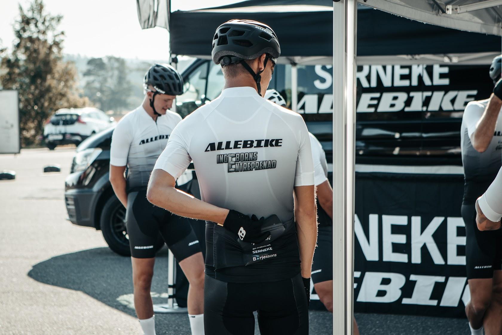 Svart cykelhjälm utvecklad av Allebike