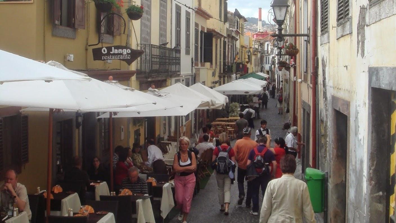 Rua de Santa Maria, in het oudste deel van de stad. Uit eten op Madeira kan hier ook. Maar pas op voor opdringerige kelners.