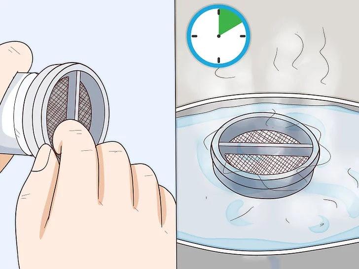 Tháo tấm lọc ra khỏi bộ lọc cặn, đổ sạch bã và ngâm trong nước nóng khoảng 10 phút
