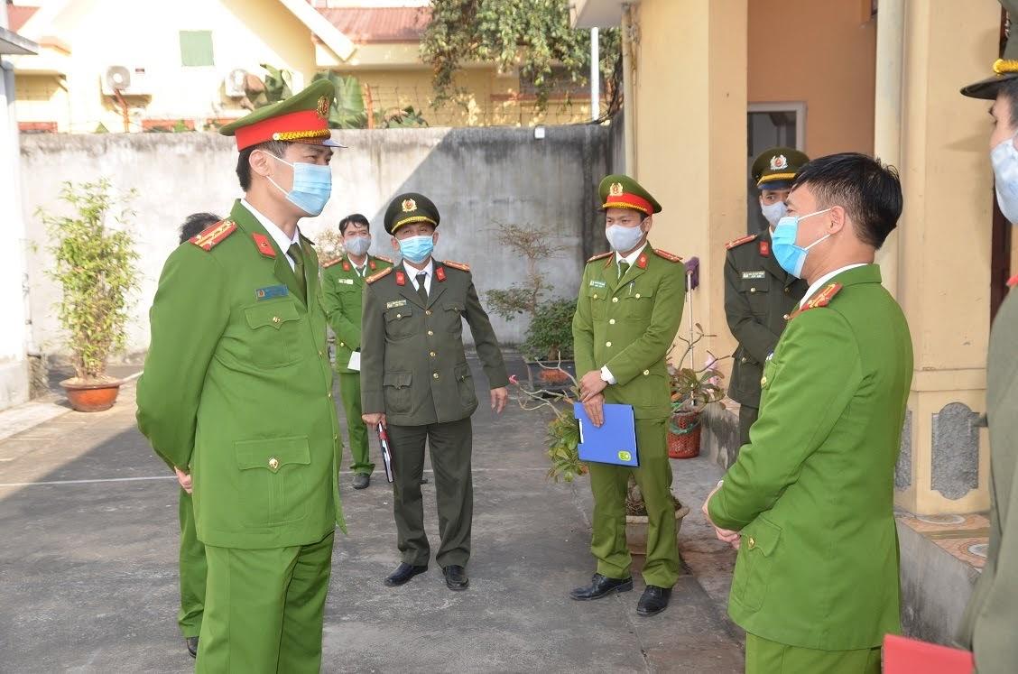 Đại tá Cao Minh Huyền, Phó Giám đốc Công an tỉnh yêu cầu Trại tạm giam Công an tỉnh, nhà tạm giữ Công an các huyện, thành thị tuyệt đối không lơ là, chủ quan, mất cảnh giác trong tác phòng, chống dịch Covid-19 (Kiểm tra tại Công an huyện Diễn Châu)