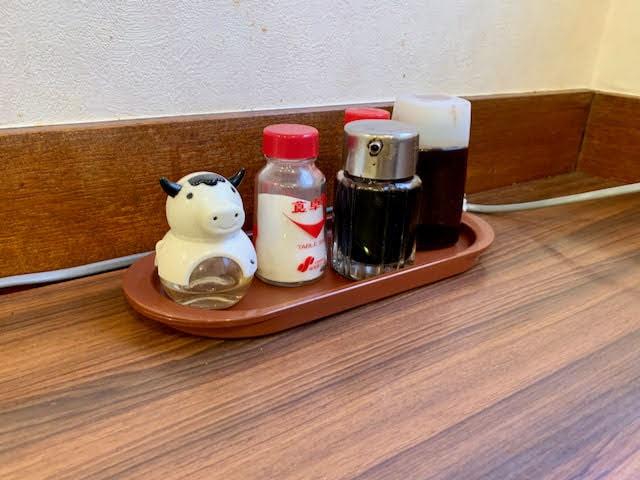 店内テーブル上の調味料類