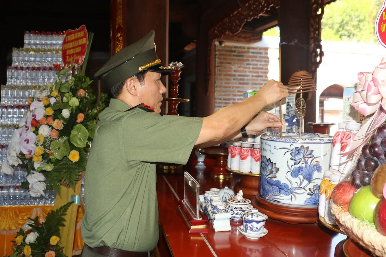 Đồng chí Thứ trưởng Lương Tam Quang dâng hương tưởng nhớ công lao trời biển của Chủ tịch Hồ Chí Minh và những người thân trong gia đình của Người.