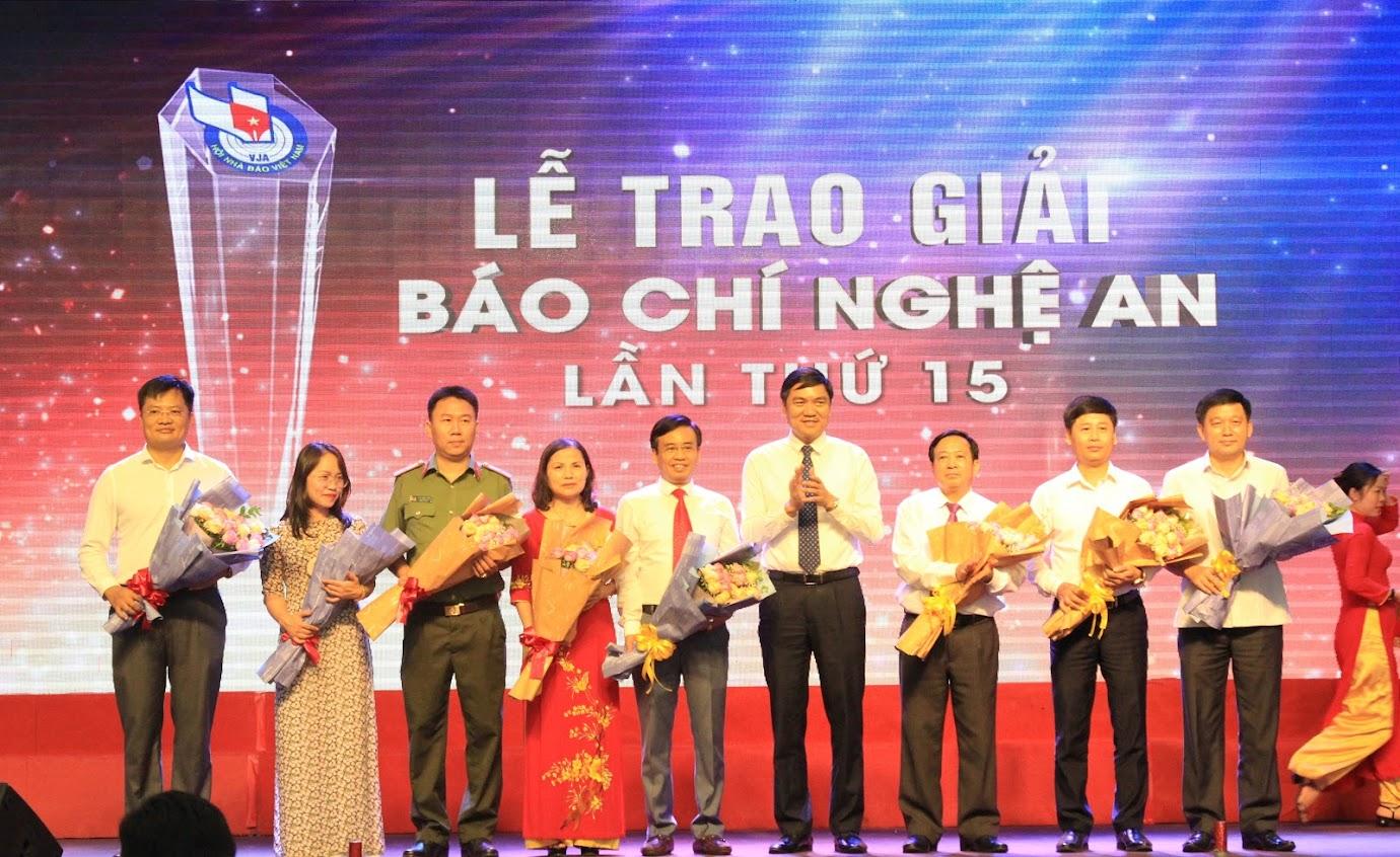 Tặng hoa cảm ơn Ban giám khảo cuộc thi Báo chí Nghệ An lần thứ 15