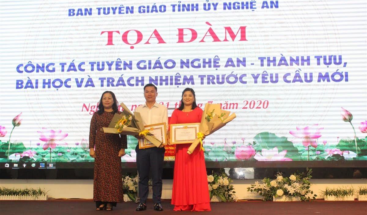 Trưởng ban Tuyên giáo Tỉnh ủy trao thưởng cho 4 cá nhân có thành tích xuất sắc trong Cuộc thi trắc nghiệm Tìm hiểu 90 năm ngày truyền thống ngành Tuyên giáo của Đảng