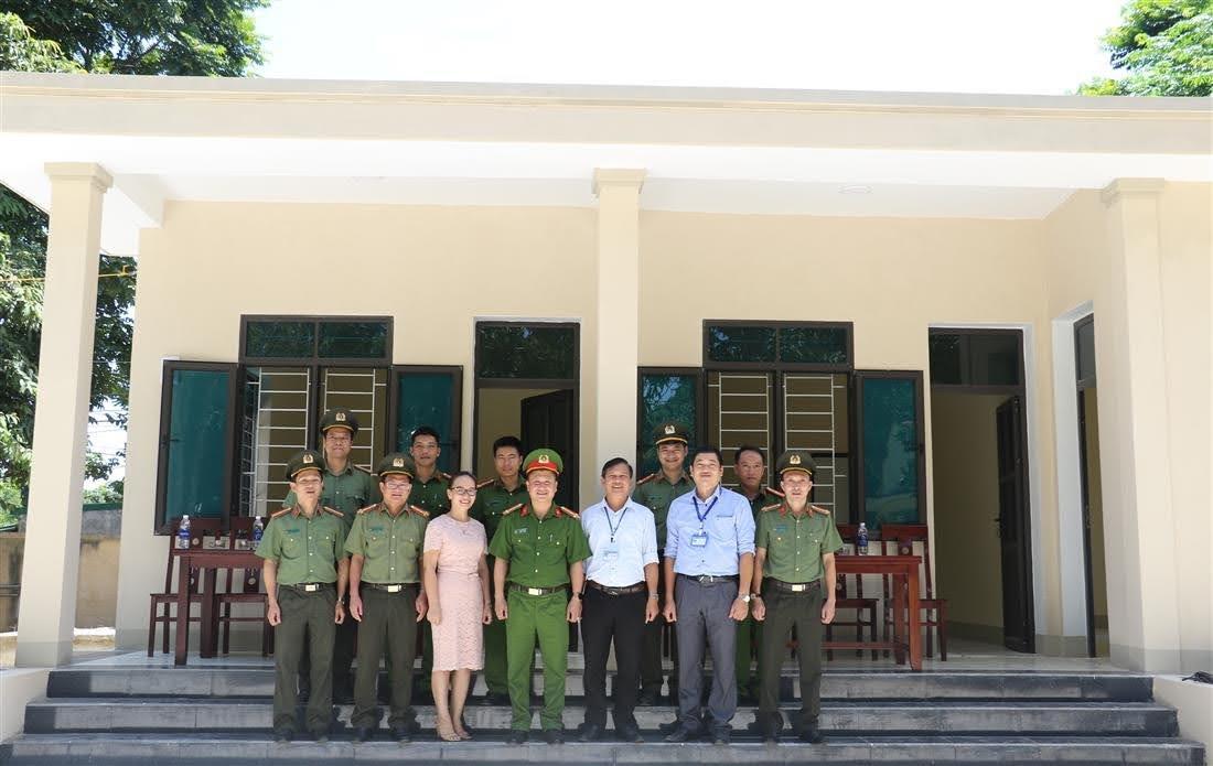 Đại diện Công an tỉnh, Công an huyện Quế Phong, chính quyền địa phương cùng các đơn vị liên quan chụp ảnh lưu niệm cùng Công an xã Quang Phong tại trụ sở mới.