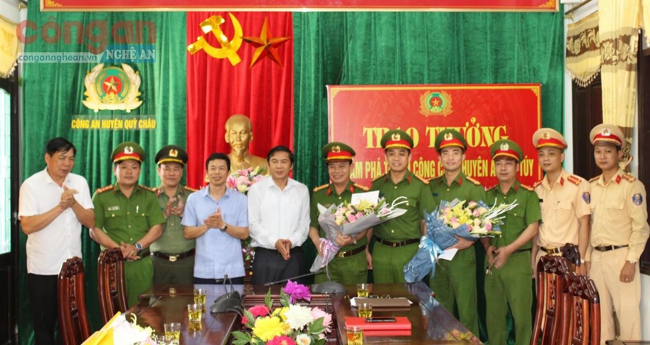 Các đồng chí Thường trực Huyện uỷ Quỳ Châu tặng hoa, trao thưởng cho Ban chuyên án