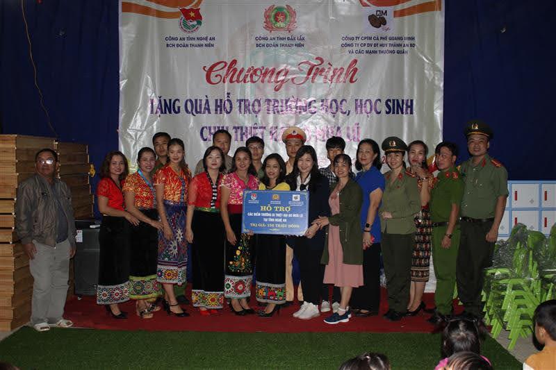 Đoàn đã trao quà hỗ trợ cho cô và trò tại trường Mần non Kim Lâm, bản Thanh Dương, xã Thanh Sơn, huyện Thanh Chương