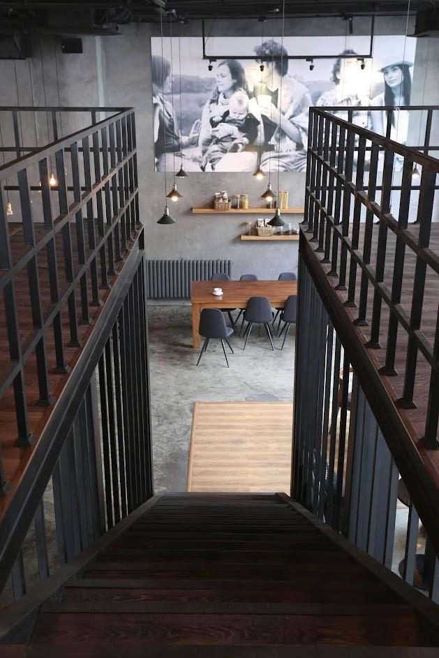 Cầu thang dẫn lên tầng 2