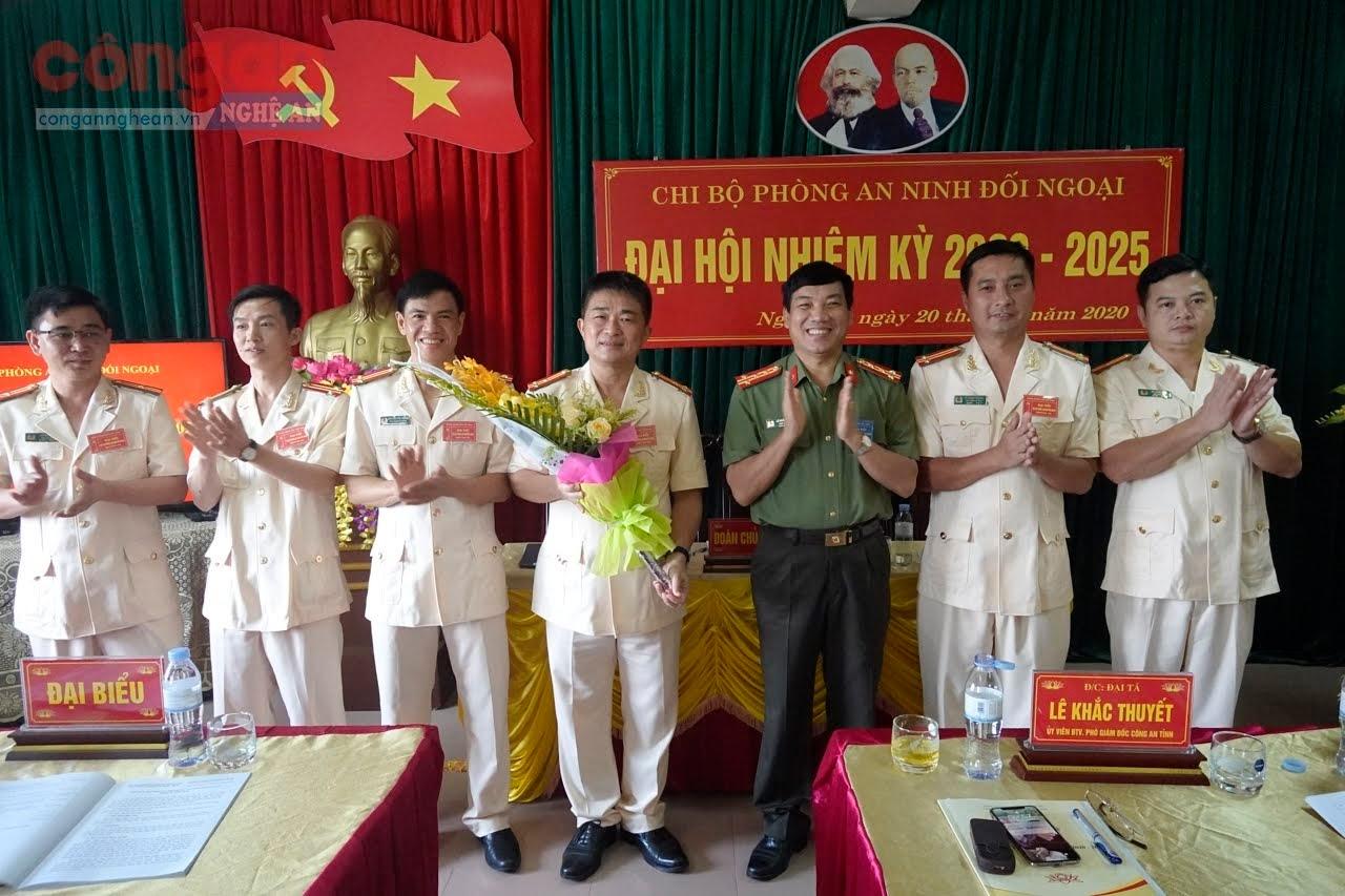 Đại tá Lê Khắc Thuyết, Phó giám đốc Công an tỉnh tặng hoa chúc mừng Ban chấp hành nhiệm kỳ mới 2020-2025.