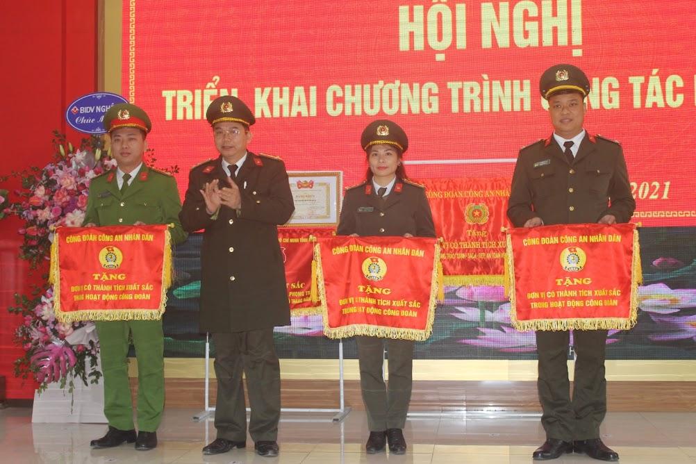 Thượng tá Nguyễn Văn Hùng trao Cờ thi đua xuất sắc của Công đoàn Công an nhân dân cho 3 tập thể