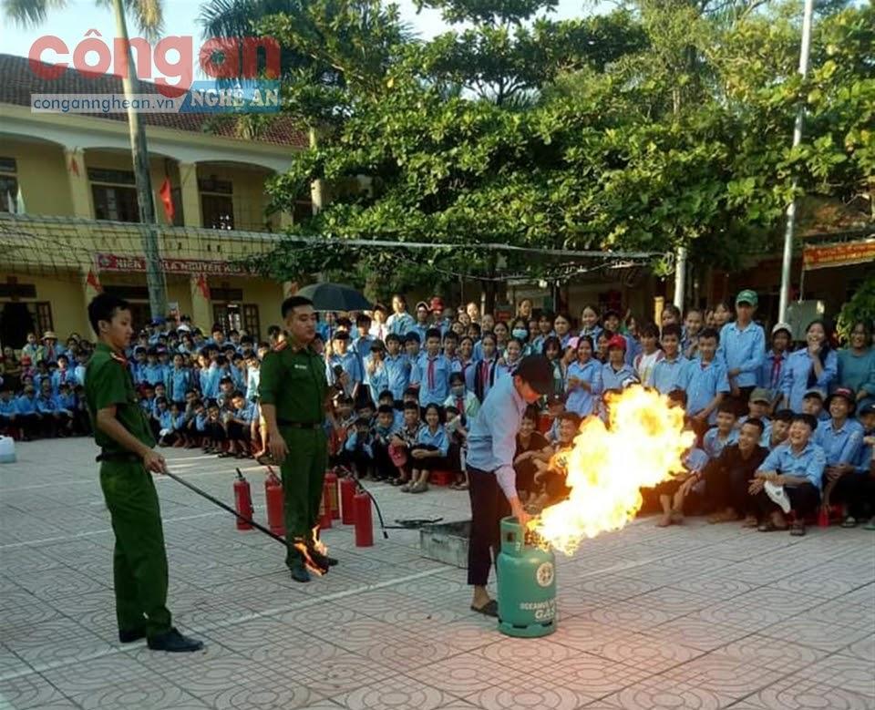 Tổ PCCC&CNCH, Đội Cảnh sát QLHC về TTXH Công an huyện Anh Sơn hướng dẫn học sinh kỹ năng dập tắt đám cháy