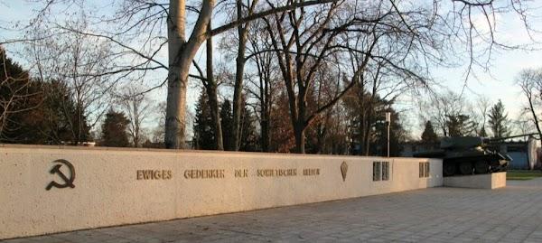 Mauer mit Hammer & Sichel «Ewiges Gedenken …», daneben: Panzerdenkmal.