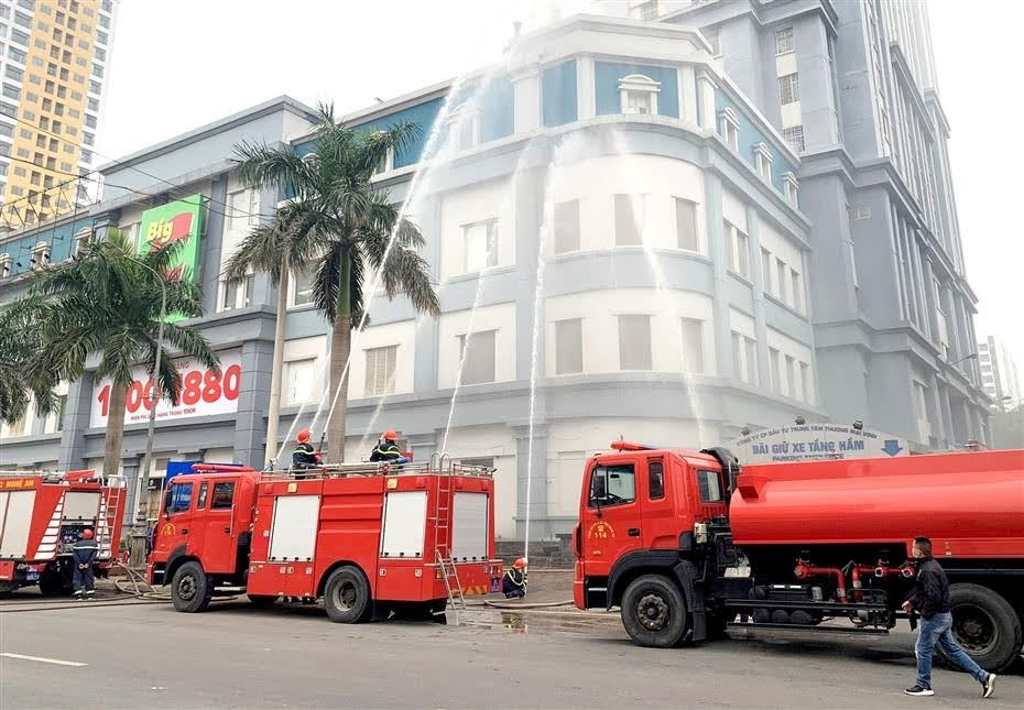 Diễn tập phương án chữa cháy với nhiều phương tiện, lực lượng tham gia tại TTTM BigC Vinh