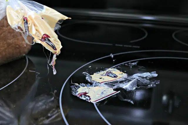 hãy bỏ ngay các mọc nhựa, đồ nhựa chưa bị nóng chảy ra khỏi bếp từ