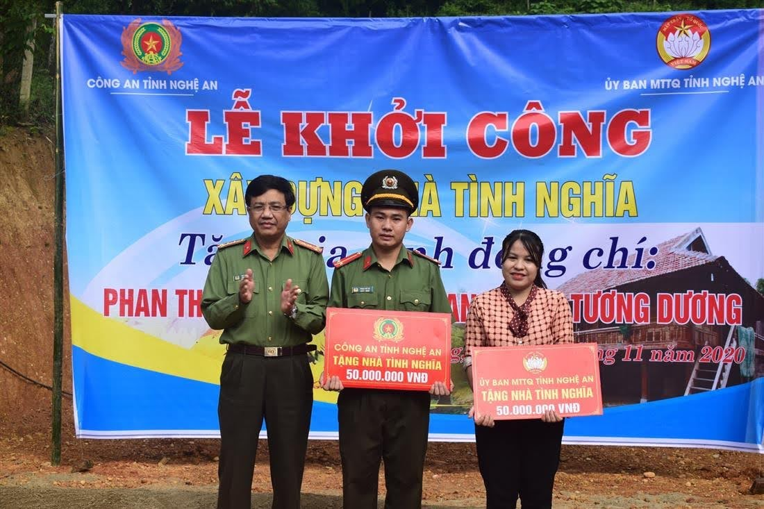 Đồng chí Đại tá Hồ Văn Tứ, PGĐ Công an tỉnh trao quà hỗ trợ gia đình đồng chí
