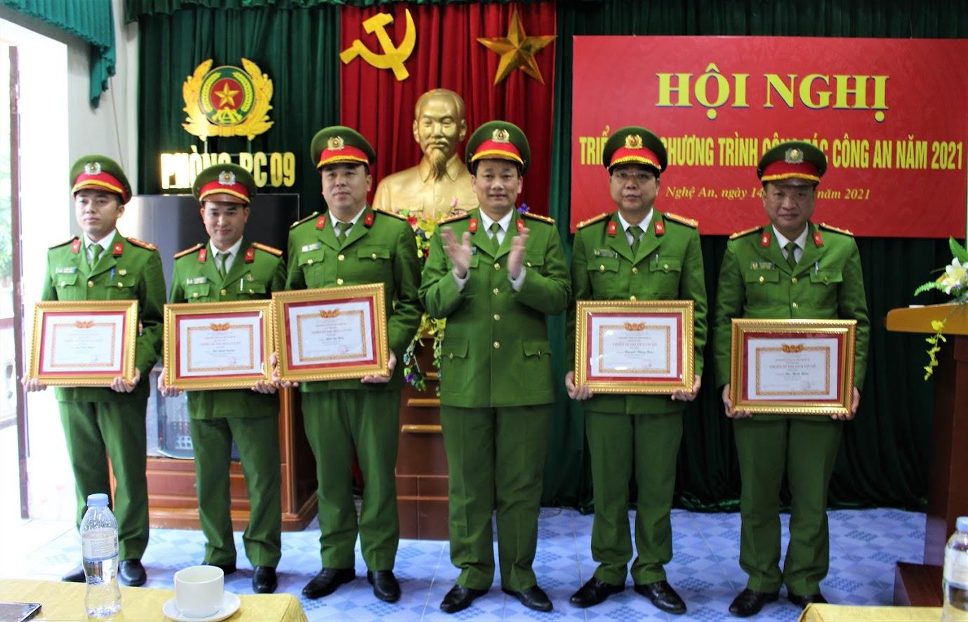 Đại tá Nguyễn Mạnh Hùng, Phó Giám đốc Công an tỉnh trao tặng Danh hiệu Chiến sỹ thi đua cơ sở