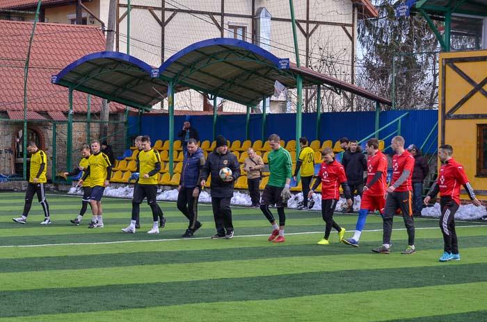 Group of people playing mini football Группа людей играющих в мини-футбол