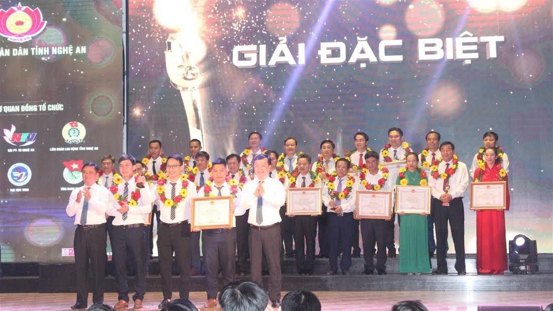 Bí thư Tỉnh ủy Thái Thanh Quý và Chủ tịch UBND tỉnh Nguyễn Đức Trung trao giải Đặc biệt cho nhóm tác giả sáng tạo Khoa học - Công nghệ Nghệ An năm 2020