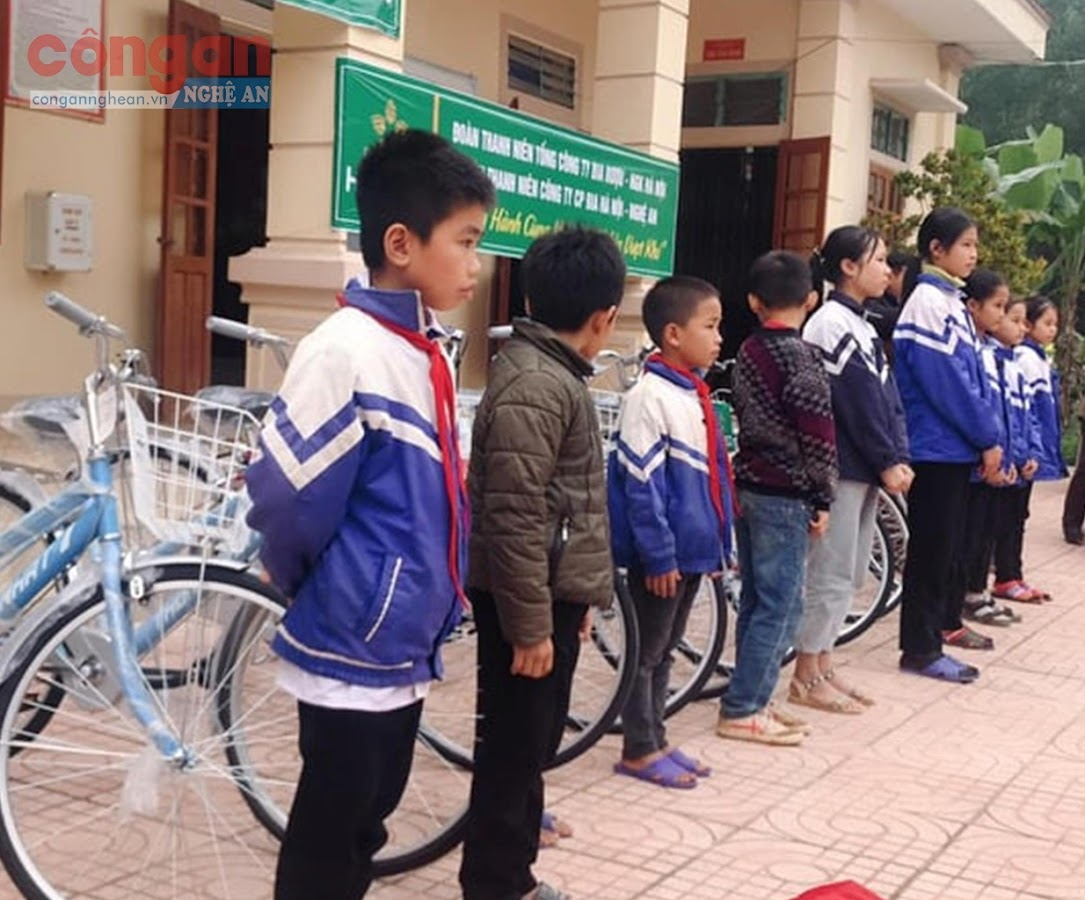 Trao tặng xe đạp cho học sinh nghèo