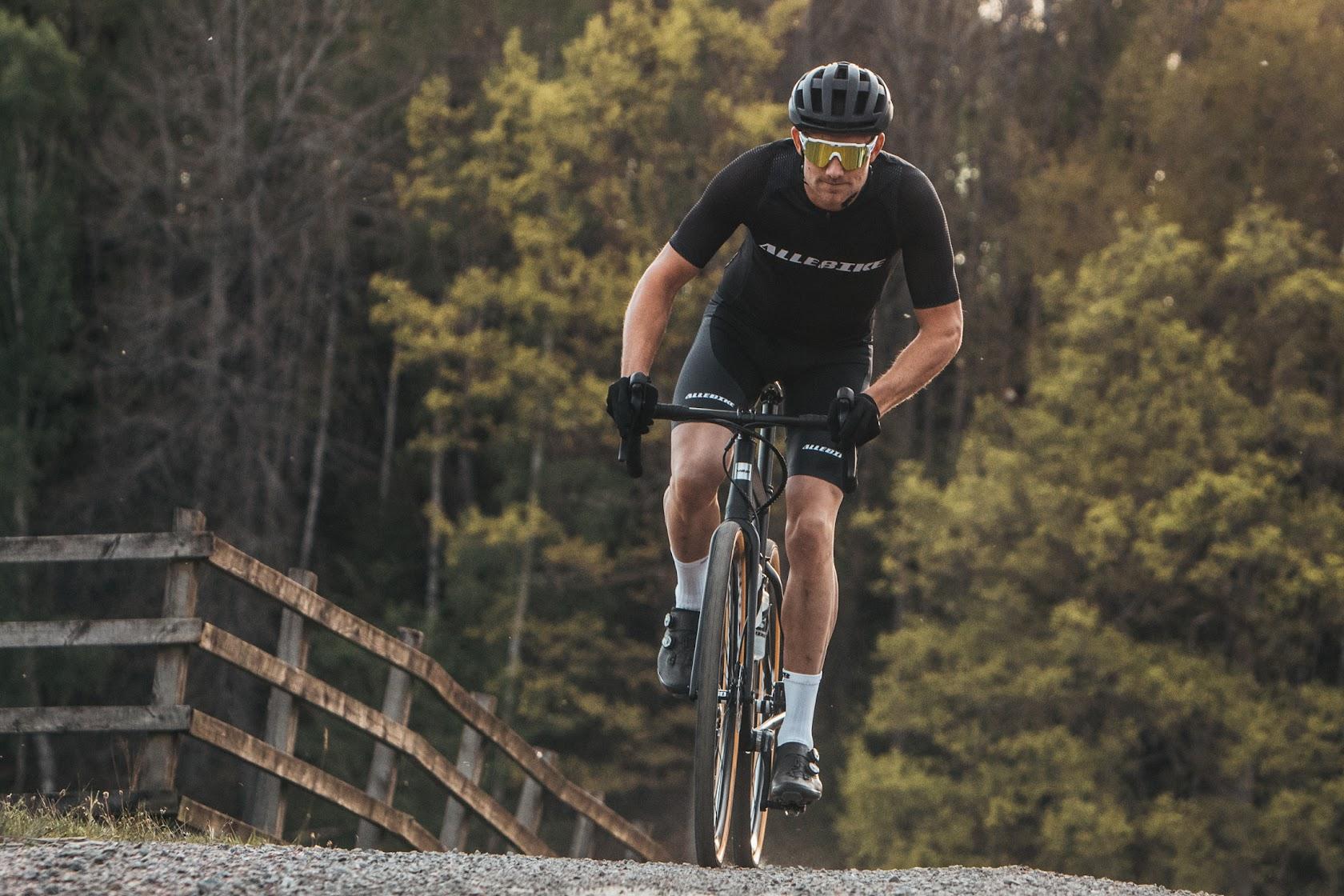 Cykelhjälm i mattsvart som passar till mountainbike, landsväg, gravel med mera.
