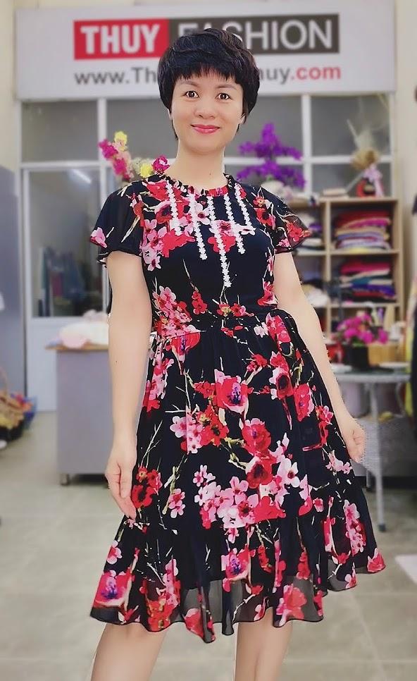 Váy xòe vải hoa màu đỏ đen mặc dạo phố thời trang thủy hà nội