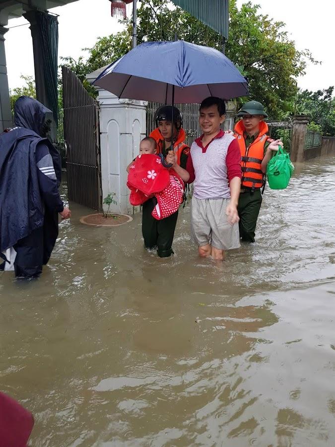 Công an huyện Đô Lương tham gia di chuyển tài sản và đưa người dân đến vùng an toàn.