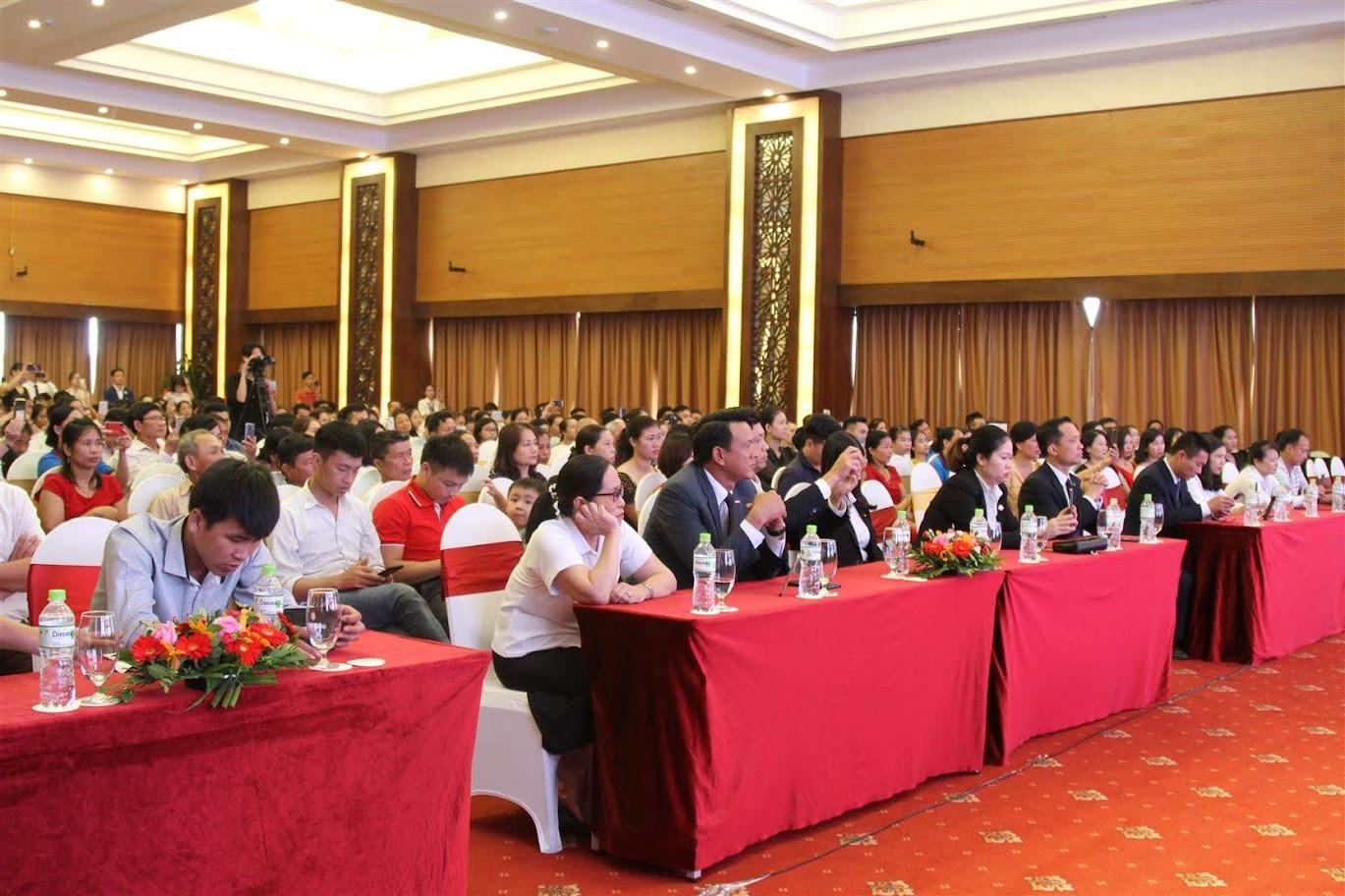 Hơn 500 đại biểu và khách hàng tham dự buổi lễ