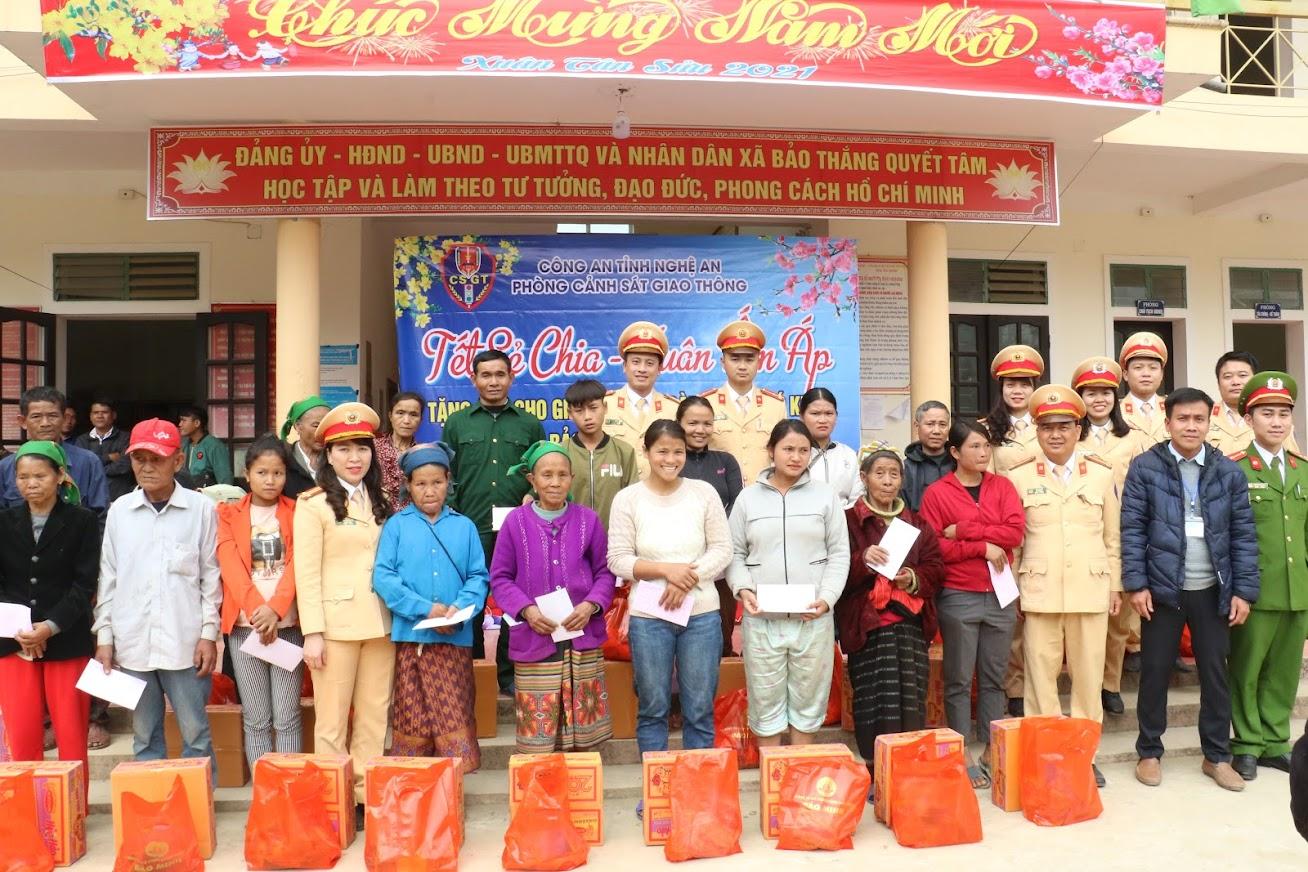 Trao 35 suất quà Tết cho các hộ nghèo tại xã Bảo Thắng