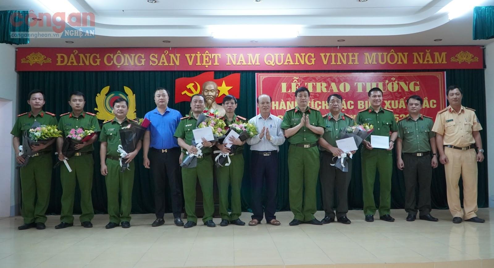 Đồng chí Đại tá Nguyễn Mạnh Hùng, Phó Giám đốc, Thủ trưởng Cơ quan CSĐT Công an tỉnh và lãnh đạo Huyện ủy, UBND huyện Hưng Nguyên trao thưởng cho Ban Chuyên án