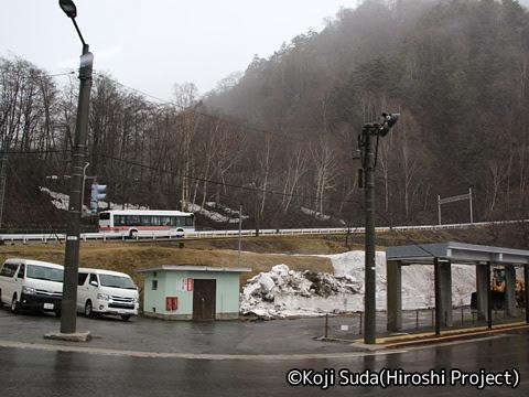 関西電力「関電トンネル電気バス」 1011 扇沢駅発車直後_01