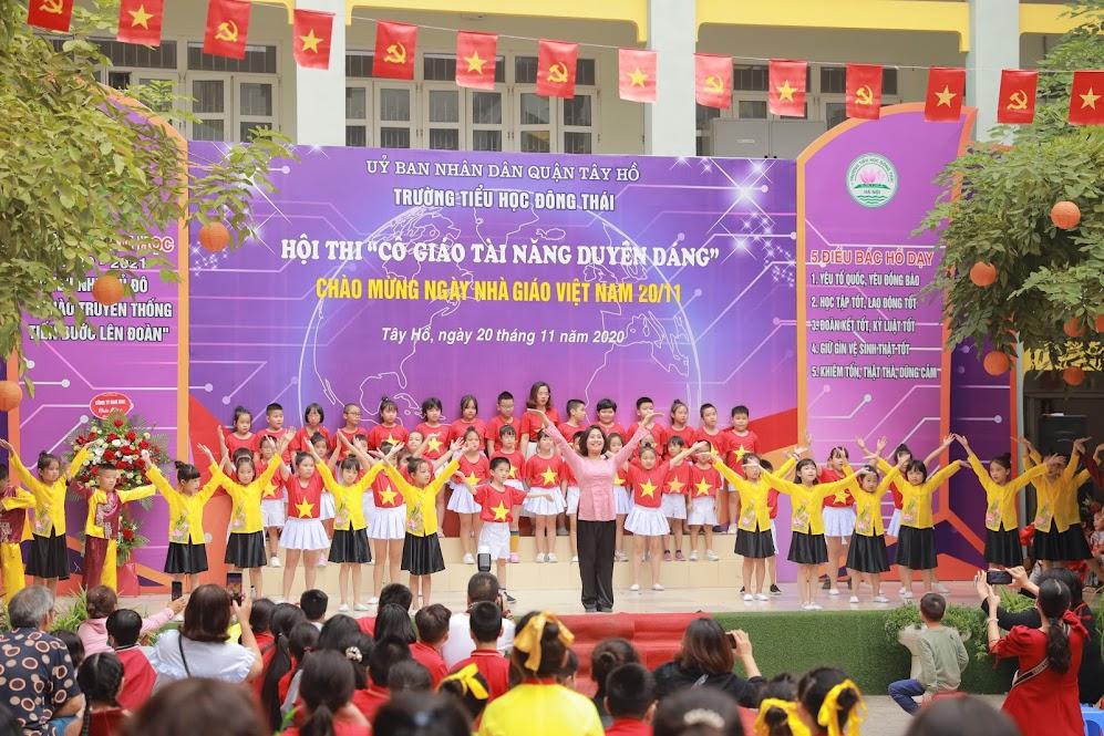 Cô giáo Nguyễn Hồng Tâm với màn múa Việt Nam trong tôi tái hiện lại một lớp học nơi vùng bão lũ ở khúc ruột miền Trung, nơi đó có những thầy cô, những cô cậu học trò vô cùng kiên cường.