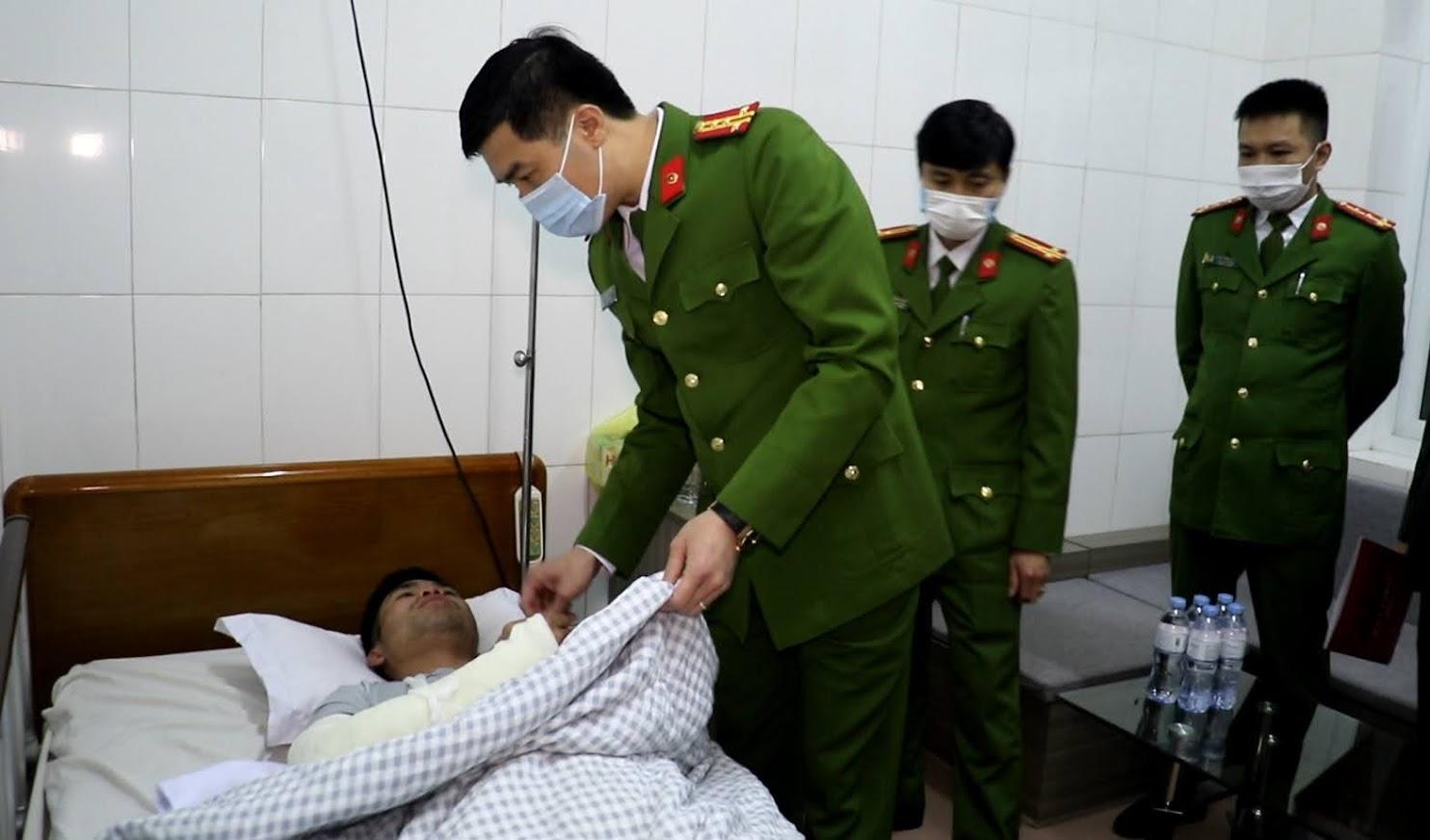 Lãnh đạo Công an tỉnh Nghệ An thăm hỏi, động viên cán bộ công an bị thương trong khi làm nhiệm vụ