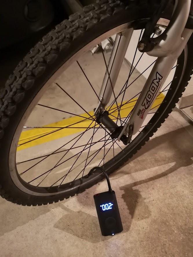 Gonflage d'un pneu de vélo avec la pompe à air électrique de Xiaomi