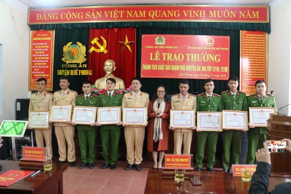 Lãnh đạo UBND huyện Quế Phong trao tặng giấy khen cho các cá nhân trong đấu tranh với tội phạm ma túy