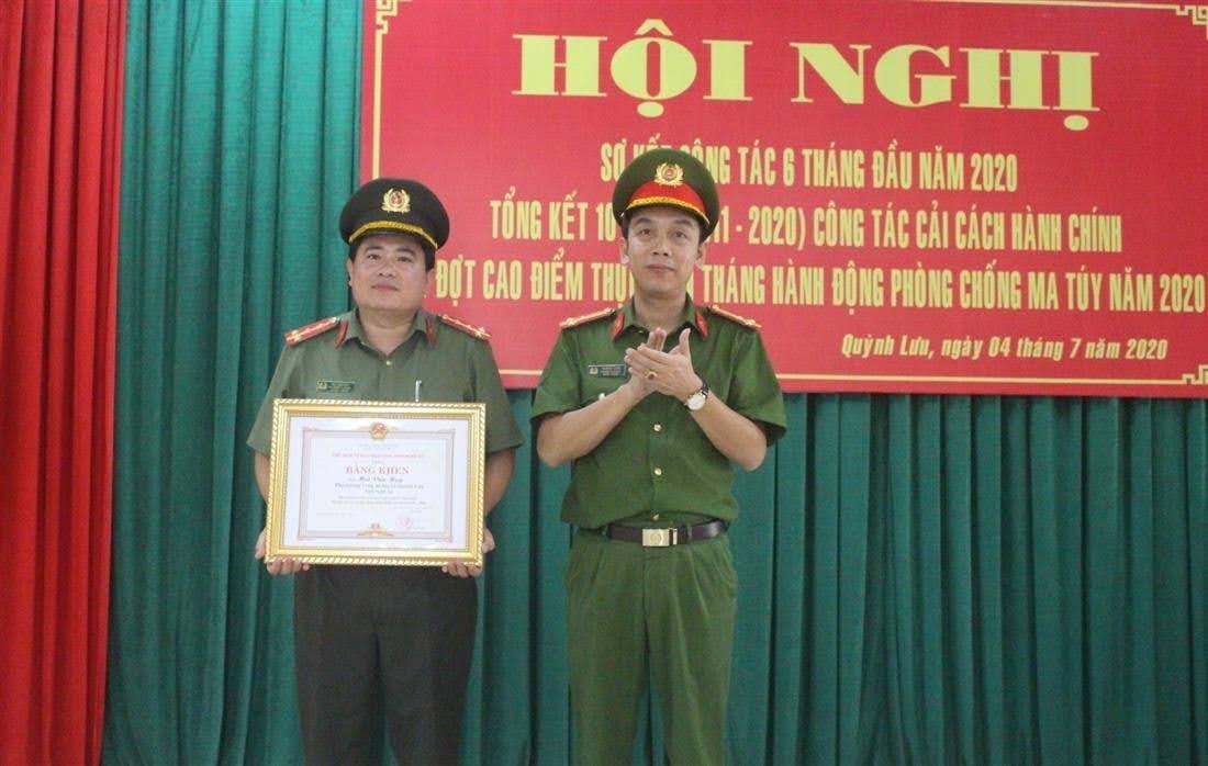 Thừa ủy quyền Chủ tịch UBND tỉnh, Thượng tá Tạ Đình Tuấn, Trưởng Công an huyện tặng Bằng khen cho cá nhân có thành tích xuất sắc