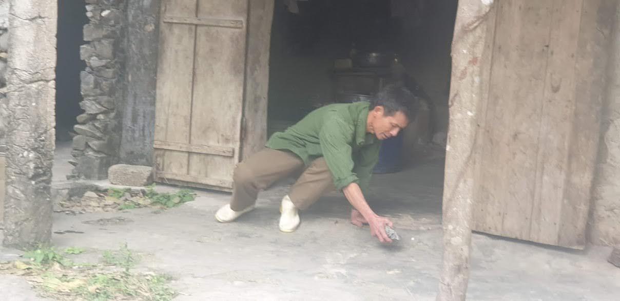 Ông Quỳnh diễn tả lại sự việc ông đang ngồi ăn cơm thì bị hòn đá văng qua mặt.