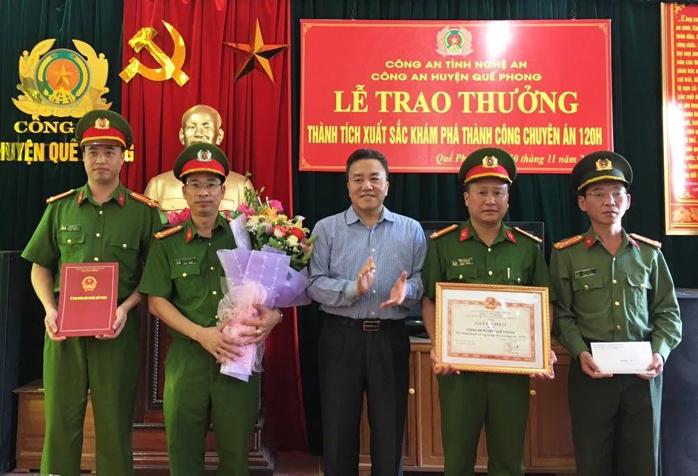 Đồng chí Lê Văn Giáp - Chủ tịch UBND huyện tặng Giấy khen cho tập thể Công an huyện Quế Phong về thành tích khám phá thành công Chuyên án