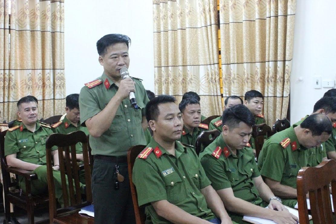 Đội trưởng các đội công tác Công an huyện Quỳ Hợp báo cáo tình hình, kết quả đạt được trong từng lĩnh vực chuyên môn