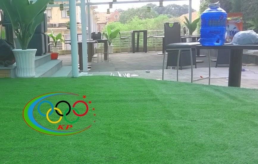 Trang trí restaurant bằng Thảm sân golf xài dán lên tường