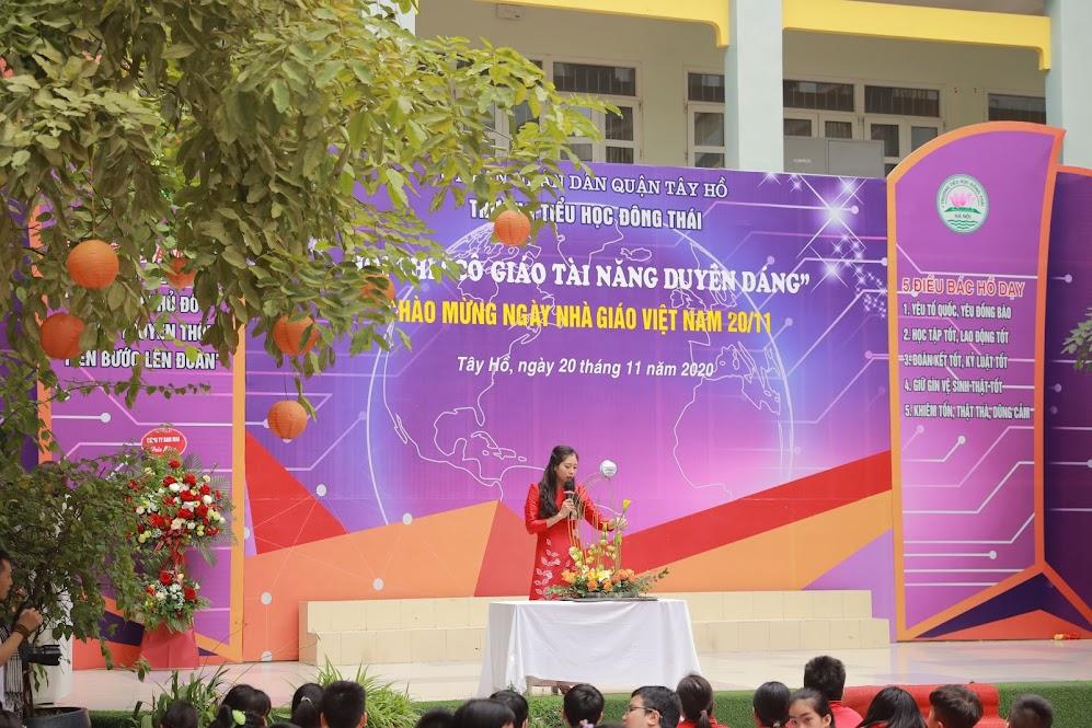 Cô giáo Đỗ Thu Điệp thể hiện tài năng cắm hoa với chủ đề: Con thuyền ước mơ