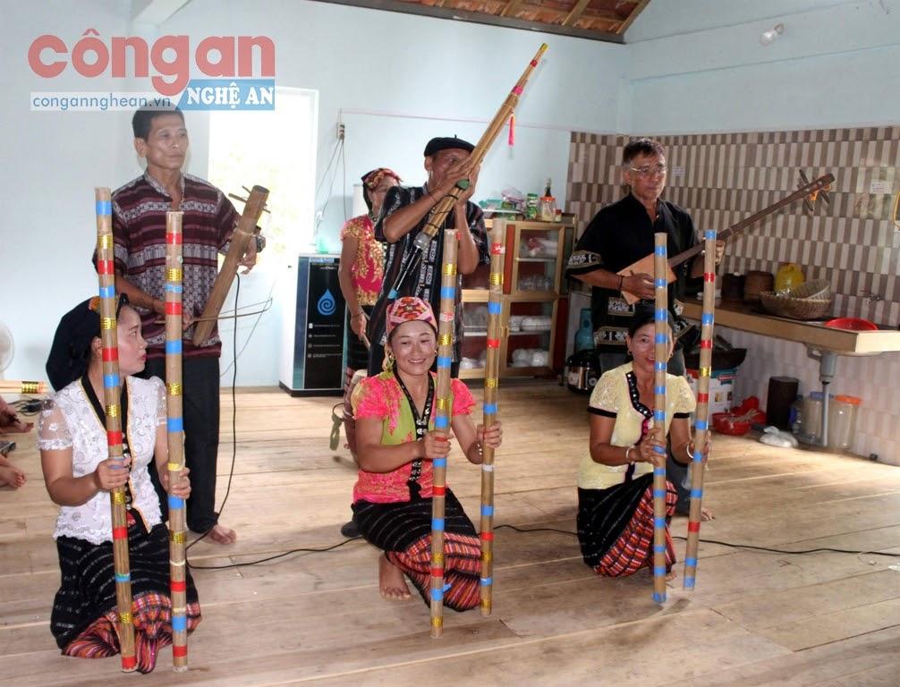 Câu lạc bộ dân ca Thái bản Cằng, xã Môn Sơn, huyện Con Cuông tập luyện  để tham gia biểu diễn văn nghệ tại địa phương