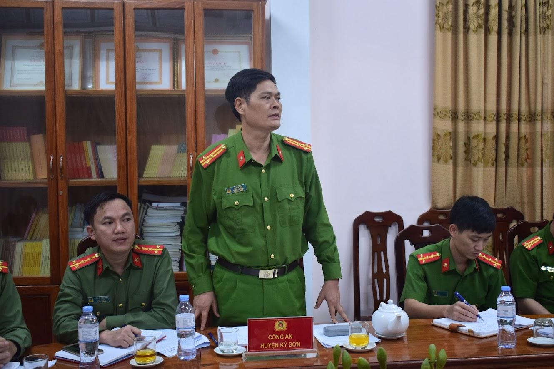 -Đồng chí Thượng tá Tô Văn Hậu, Trưởng Công an huyện Kỳ Sơn phát biểu tại Hội nghị