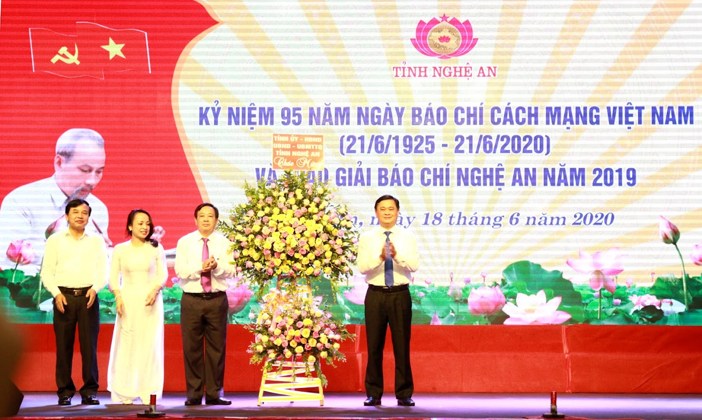 Đồng chí Thái Thanh Quý - Ủy viên Dự khuyết Trung ương Đảng, Bí thư Tỉnh ủy trao tặng  lẵng hoa tươi thắm chúc mừng đội ngũ những người làm báo Nghệ An.