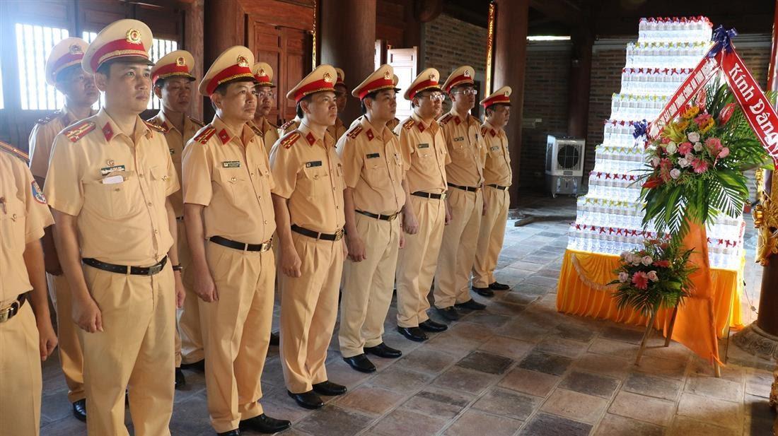 Đoàn công tác về dâng hương tại đền Chung Sơn